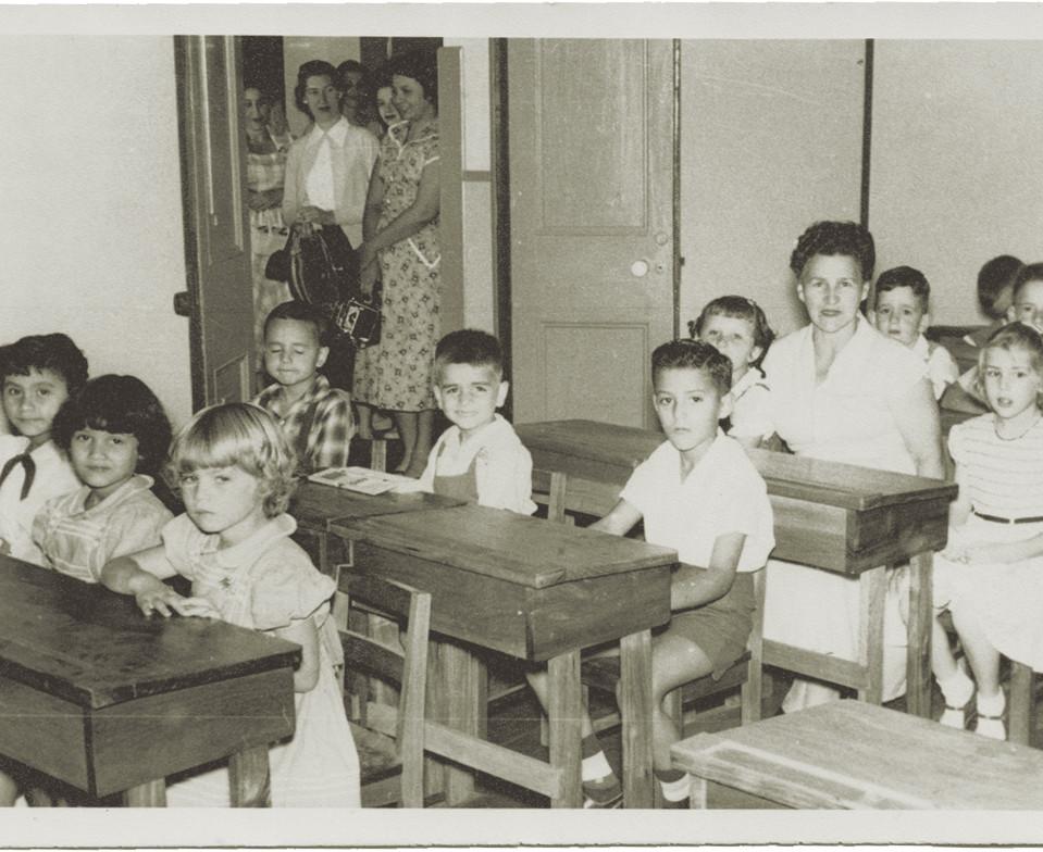 Fig. 4: Alumnos de 2do grado con la profesora Jenny Salom en el año 1956