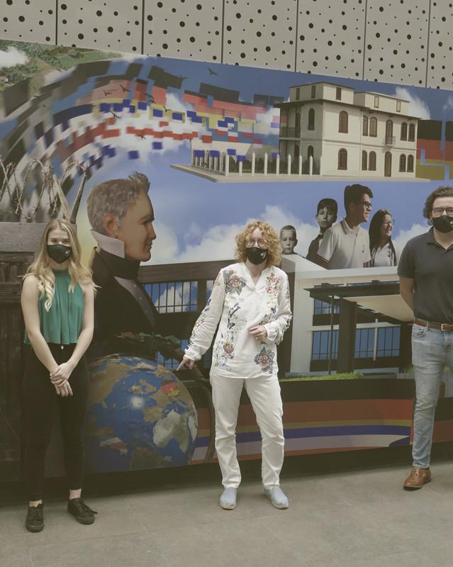 Abb. 6: Sabrina Rast, Katja Dufner, Dr. Nadja Braun, Thomas von Saalfeld und Ralf Bechtold vor der fertigen Gedächtniswand