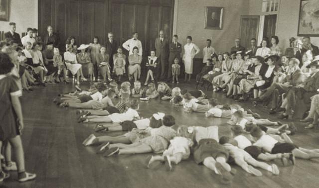 Abb. 7: Schülerinnen und Schüler der Deutschen Schule im Jahr 1937 bei einem Schulfest mit Eltern