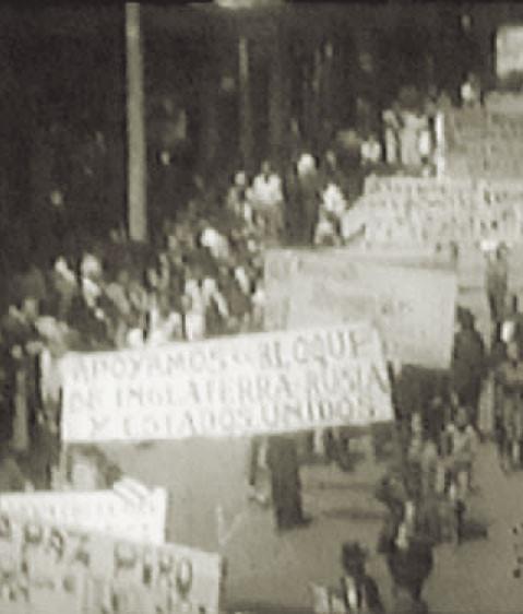"""Fig. 9: Demostración en contra de los Alemanes e Italianos después del ataque al,,San Pablo"""""""