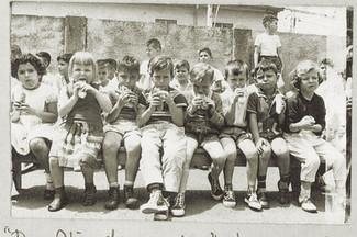 Abb. 13: Kindergartenkinder beim Schulfest 1960