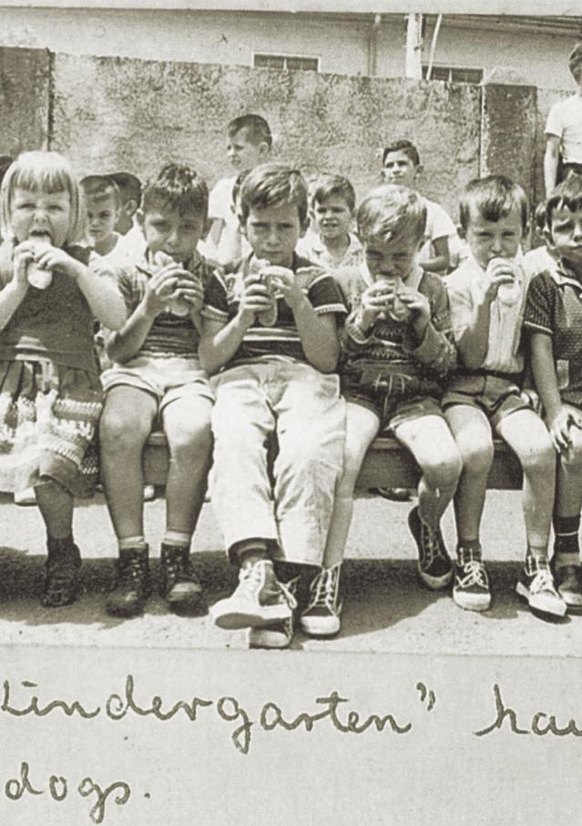 Fig. 13: Niños del Kindergarten en la celebración de la Escuela 1960
