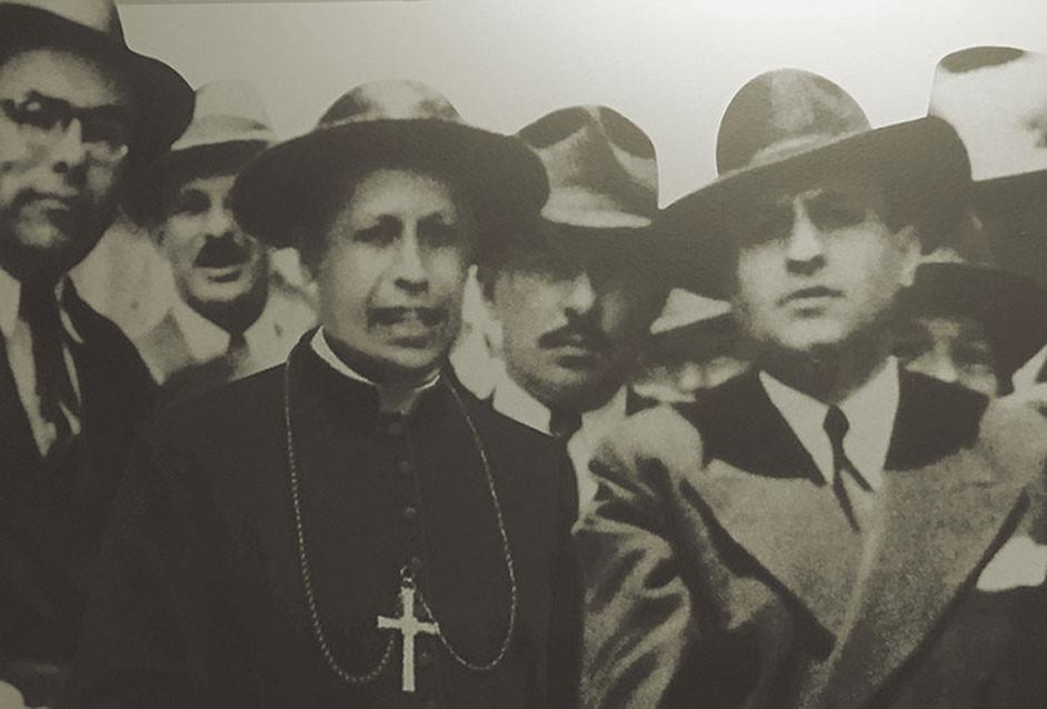Fig. 2: Arzobispo Sanabria (centro) con del Presidente Rafael Ángel Calderón Guardia (derecha) y Manuel Mora Valverde (izquierda) en el año 1943