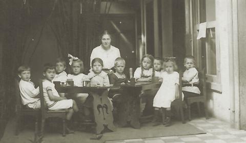Fig. 3: Niños en el Kinder en el año 1914