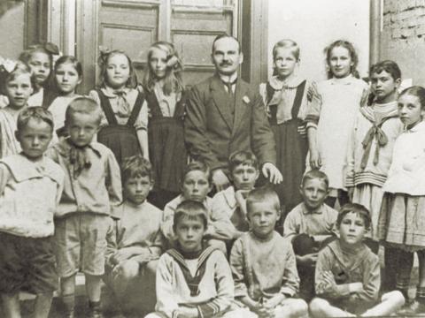 Fig. 1: Alumnos con el primer director Franz Krüger en 1912 en la Escuela Alemana en un edificio residencial en San José