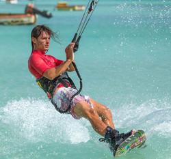 Kitesurfing in Aruba in turquoise