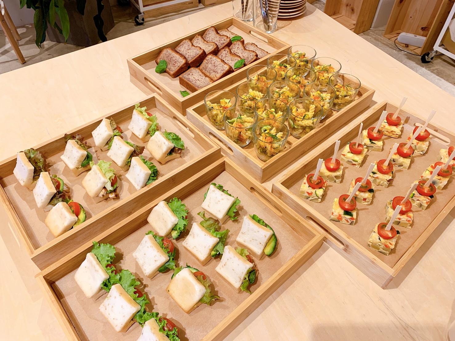 sandwich,  pasta salad, omelete