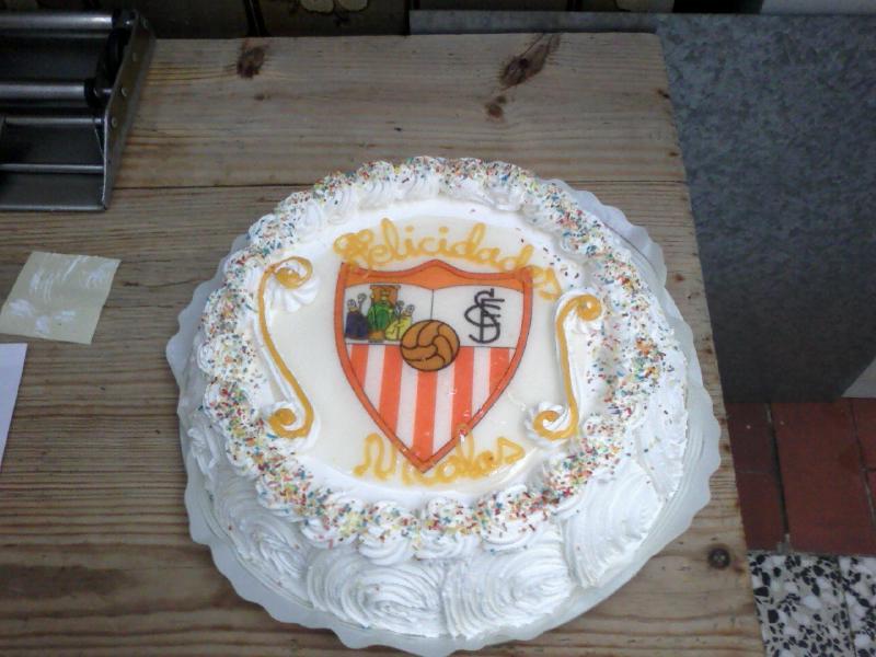 Tarta de nata con escudo sevilla.