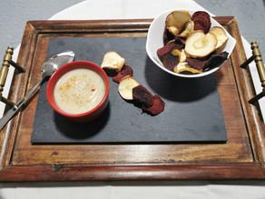 Crème de chou-fleur accompagnée de ses chips de légumes