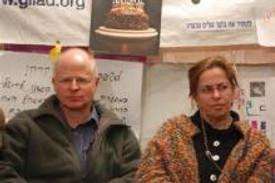 קריאות הצלה. נועם ואביבה שליט באהל המחאה בירושלים