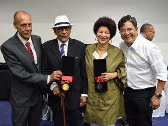 Dr. Ronaldo Onishi entrega medalha Zumbi dos Palmares
