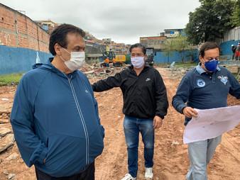 Dr. Ronaldo Onishi e prefeito Fernando Fernandes acompanham início da obra da UBS do Trianon, em Tab
