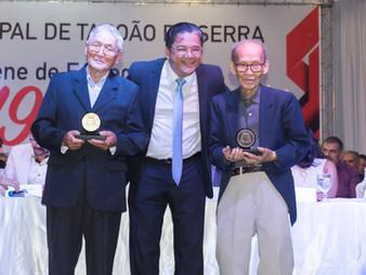 Dr. Ronaldo Onishi homenageia comerciantes históricos do Maria Rosa com medalha 19 de Fevereiro