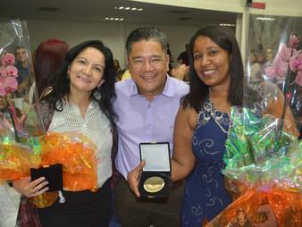Vereador Dr. Ronaldo Onishi faz entrega da medalha Laurita Ortega Mari