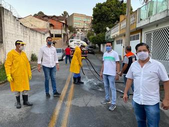 Vereador Dr. Ronaldo Onishi acompanha e fala com população sobre desinfecção de ruas do Jd. Maria Ro