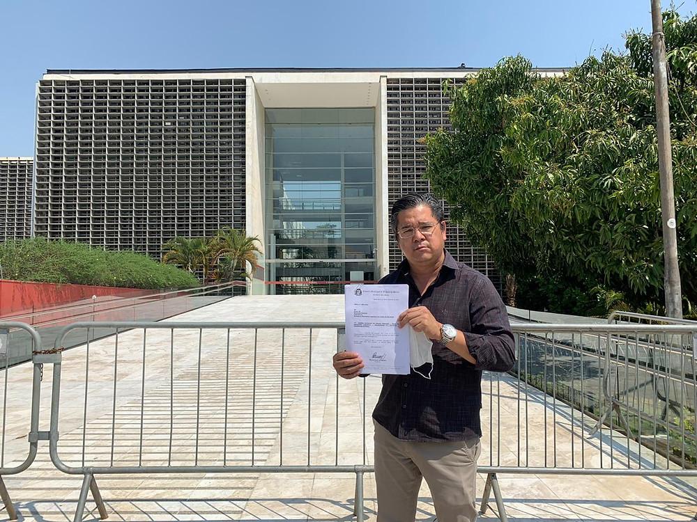 Vereador Dr. Ronaldo Onishi entrega requerimento na Alesp