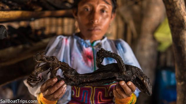 Kuna women smoking iguana