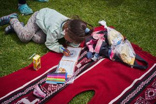 """""""Nos regalaron unos cuadernos para que los niños puedan dibujar y un mapa para saber a dónde acudir en cada país"""" Isabel, 37."""