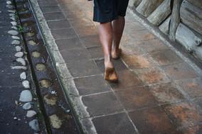 """""""De tanto andar se acabaron las zapatillas y luego las cholas (sandalias). Ahora me toca ver dónde consigo algo para los pies"""" Alexi, 32"""