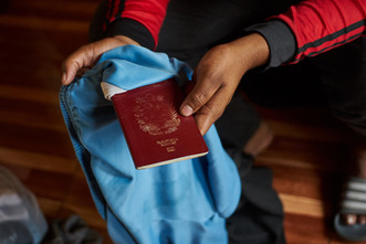 """""""Me regresé desde Ecuador poque debía llevar a un primo enfermo de VIH hasta Venezuela a que lo atendieran ya que con la pandemia nos empezaron a negar asistencia médica"""" Kendry, 29."""