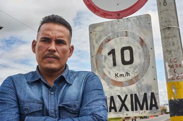 """""""Soy mecanico de maquinaria pesada certificado. Voy a Perú pero no tengo cómo avisar que voy a cruzar a Ecuador, vendí el celular hace unos días para poder continuar"""" Carlos, 36."""