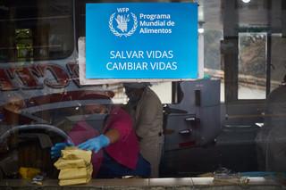 """""""Acá intentamos que todos lo migrantes que llegan puedan comer y usar el baño mientras continúan hacia Colombia o Ecuador. Sin desinfectarte las manos no puedes entrar a este comedor"""" Rubiela, 36."""