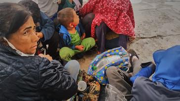 """""""Somos dos mujeres y siete niños. Cruzamos por nuestra cuenta, sin coyotes. Se nos cayó una mochila y una chaqueta al río. Ahora estamos mojados y con hambre esperando que nos manden dinero"""" Jusmery, 41."""