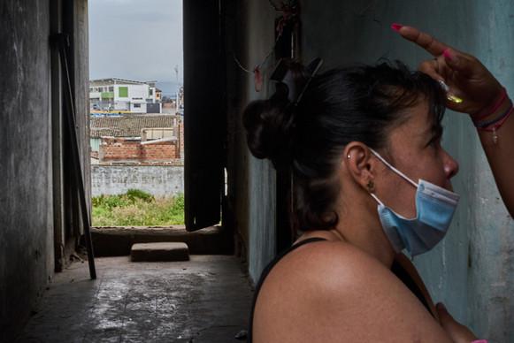 """""""En esta casa vivimos como comunidad. Yo soy la líder y estoy pendiente de que todos nos cuidemos incluso de la pandemia"""" Antonella, 28."""