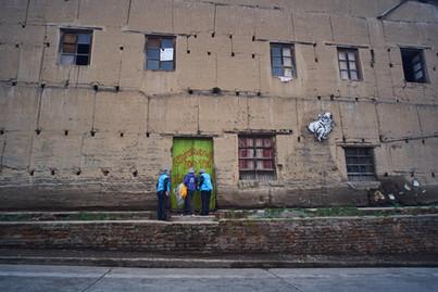 """""""Esta casa era un sitio cultural. Quedó abandonada y la fueron ocupando los migrantes. Existen muchos mitos sobre ellos que se quedan con los trabajos de la gente, que tienen covid, que son ladrones La verdad lo que veo es un universo de personas que enfrentan la vida de muchas maneras distintas"""" Sandra Soto."""