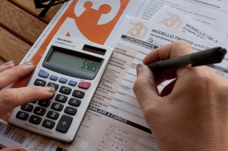 Paga gli stipendi ai dipendenti ma non le tasse: per la Cassazione potrebbe non essere reato