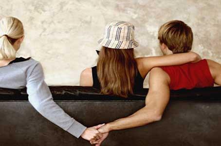 MALTRATTAMENTI: integra il reato avere rapporti con l'amante in casa, alla presenza della moglie
