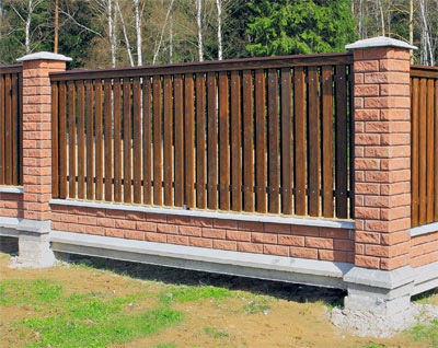 Забор из блоков с зашивкой штакетником