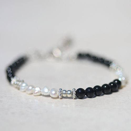Thin bracelet made of Onyx and pearls