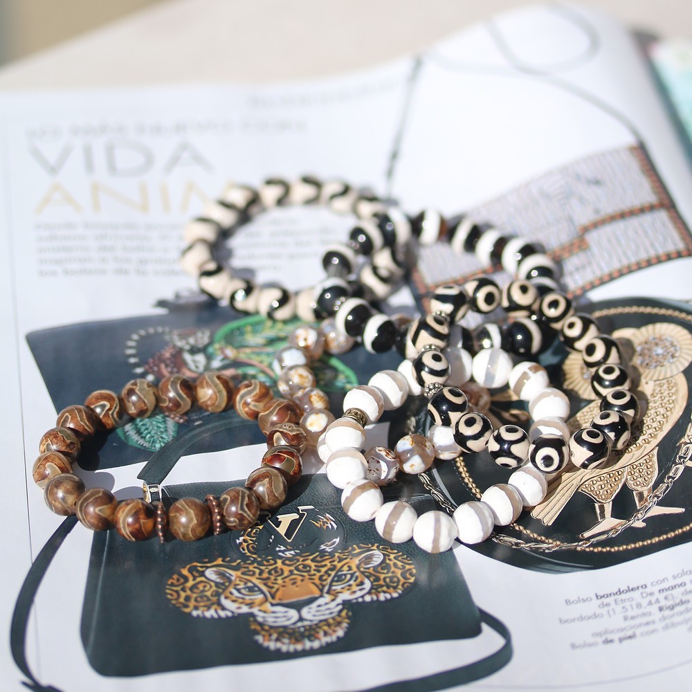 Vida animal! Here I am in Spain to take pictures of my new made bracelets. All inspired from my travel to South Africa and the amazing wildlife🦁 And what did I find at January issue of Hola Fashion? Animal print is very trendy now apparently 🙊 bracelets will soon be available at my web shop www.bohobellamar.com
