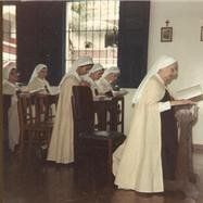 Nossa Mãe com as irmãs rezando