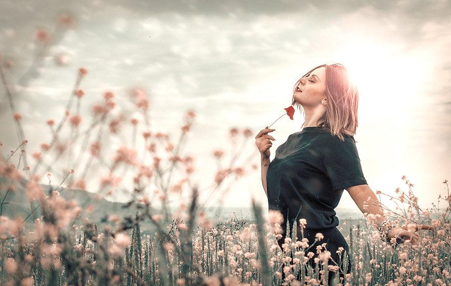 Femme dans un champ de fleurs