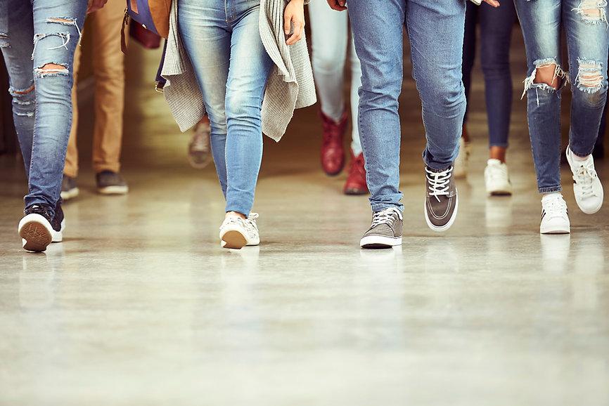 Ноги в джинсах