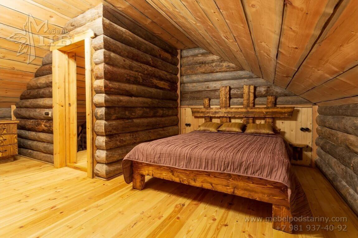 Кровать из состаренного дерева