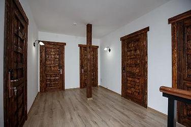 деревянные двери в интерьере.jpg