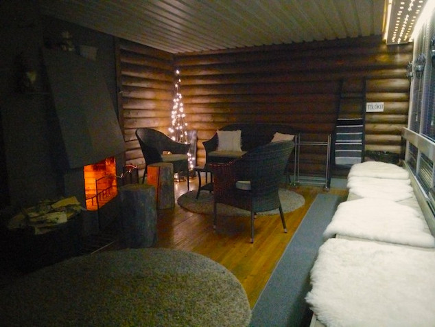 Rantasaunan takkahuone .. Sauna's fireplace room .. Vestiaire et cheminée