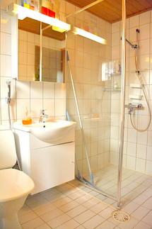 Lumo, wc, suihku .. toilet and shower .. toilettes et salle de bain