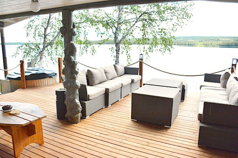 Rantasaunan terassi ja palju .. Sauna's terrace and hot tub .. Terrasse et jacuzzi