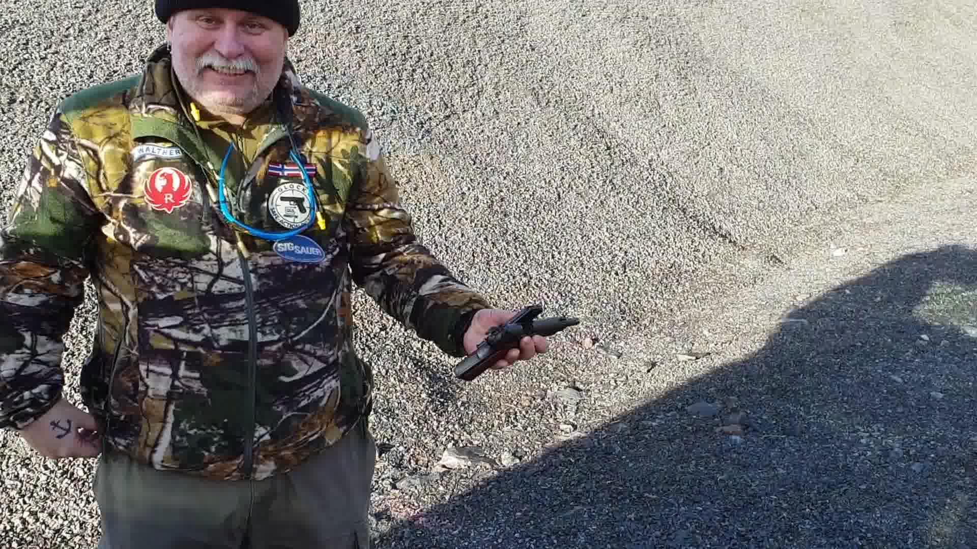 Gammle Madsen tester ut fin Pistolen sin  :O