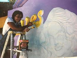 Escultura Denise pintando.jpg