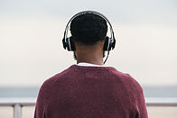Homem que escuta auscultadores