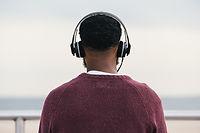 Man hört Kopfhörer
