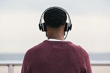 El hombre que escucha los auriculares
