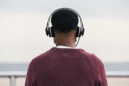Man luisteren naar koptelefoon
