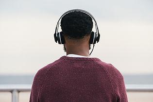 L'homme écoute au casque