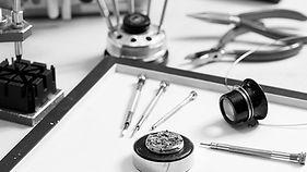 Moet uw sieraad of horloge gerepareerd worden dan kunt u bij ons terecht. In ons atelier werkt eengoudsmid en horlogemaker om sieraad/horloge vakkundig te repareren, herstellenof aan te passen.